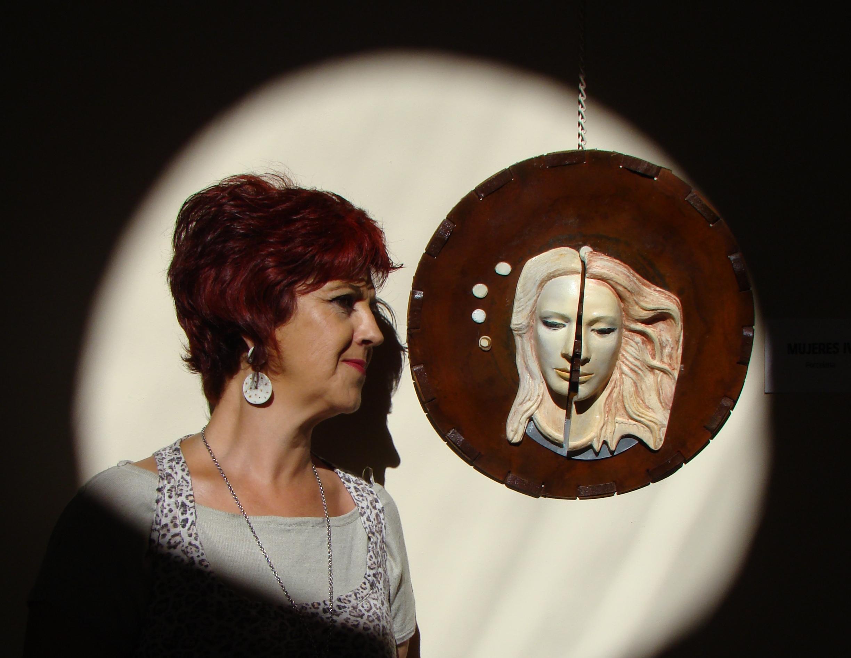María Raboso con una de sus piezas de homenaje a la mujer.
